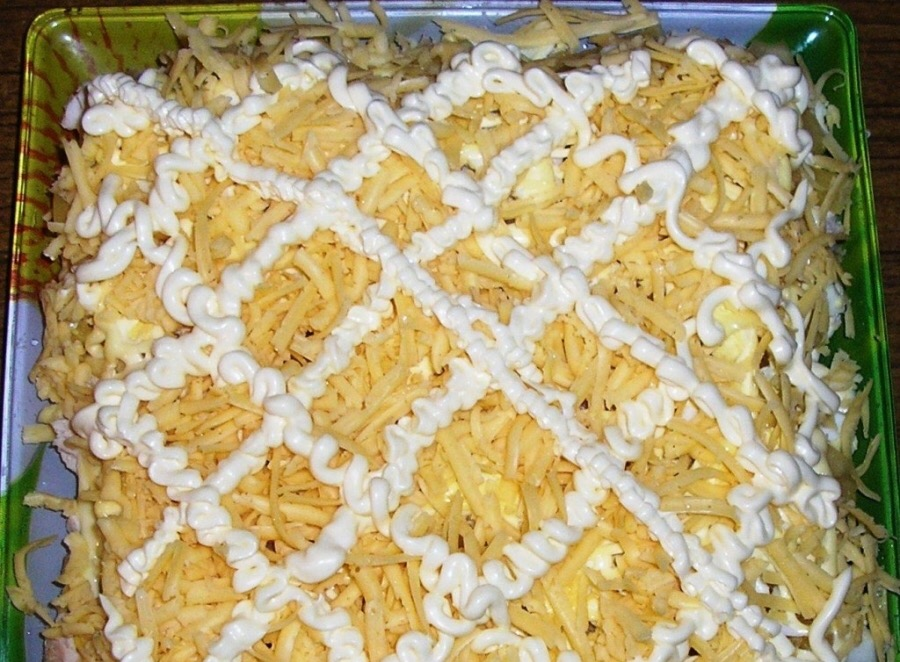 Салат с ананасом и копченой курицей и виноградом рецепт